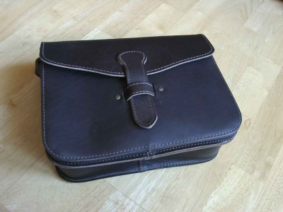 Classic leather shoulder bag in traditional hunting style