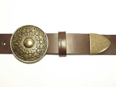 Gürtel mit runder messingfarbiger Schliesse und Spitze 4 cm Breite